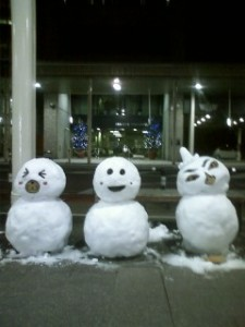新町商店街の雪だるま3兄弟